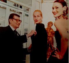 Essayages pour le collection de Haute Couture printemps / été 1997  Karen Murder et Carla Bruni Sarkozy.  Photo de Carlos Munoz Yague