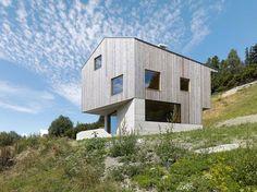 Mit einer Anerkennung gewürdigt: Das spektakuläre Haus von «savioz fabrizzi architectes» in Val d'Hérens (VS). «Ein starkes Haus an einem ebensolchen Ort», schreibt die Jury dazu. (Bild: Callwey)