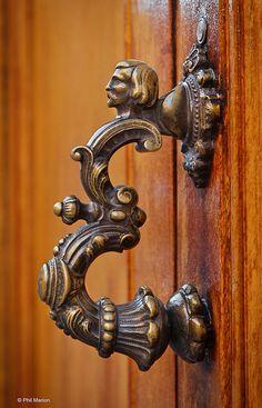 Accesorios puertas: Exquisite door handle in Mexico Antique Doors, Old Doors, Windows And Doors, Black Door Handles, Knobs And Handles, Door Knobs And Knockers, Sculpture Metal, Door Accessories, Door Furniture