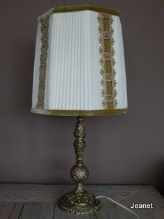 Retro lamp. Koperen bewerkte voet, roomkleurige kap. Afgebiesd met groen velours en goudkleurig band. Dit is echt iets voor de retro-liefhebber. De lamp werkt prima. Hoogte 59 cm, breedste deel kap 25 cm.