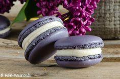 Macarons, Flieder und weiße Kuvertüre. Wie du daraus etwas leckeres zauberst erfährst du in diesem Beitrag.