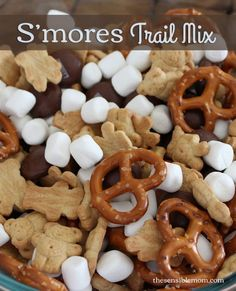Try this super easy and fun S'mores Trail Mix Recipe. It's ready in minutes and great for parties! - 1 cup mini marshmallows 1 cup Teddy Grahams 1 cup mini pretzels (maybe replace with bag Hershey's Milk Chocolate drops, 8 oz. Snacks Für Party, Lunch Snacks, Yummy Snacks, Delicious Desserts, Yummy Food, Camp Snacks, Diy Snacks, Kid Lunches, School Lunches