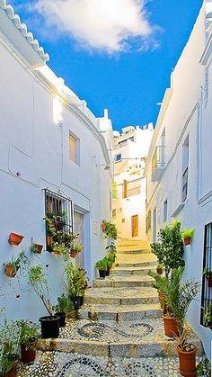 #Frigiliana / Mehrfach als schönstes Dorf Spaniens ausgezeichnet. Die Gassen sind mit Kieselsteinen gepflastert.  http://www.ferienwohnungen-spanien.de/Frigiliana/artikel/frigiliana-das-schoenste-dorf-der-costa-del-sol