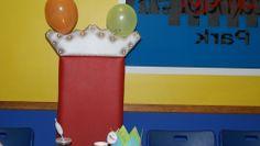 Trono listo para el rey de la fiesta, con su corona personalizada de Cars
