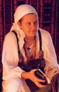 Christobel Ferguson of the New Varangian Guard wearing a gathered and pleated dress Viking Life, Viking Woman, Viking Clothing, Historical Clothing, Varangian Guard, Nursing Clothing, Viking Dress, Maternity Nursing, Pick One