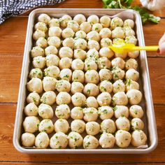 This easy recipe is the PERFECT appetizer. Tiny biscuits get coated in TONS of garlic butter, creating salty, doughy, cheesy bites you won't be able to stop eating Recipes snacks You Won't Be Able To Stop Eating This Buttery Bubble Bread New Recipes, Cooking Recipes, Favorite Recipes, Easy Bread Recipes, Easy Party Recipes, Stuffed Bread Recipes, Easy Italian Recipes, Muffin Pan Recipes, Chicken Recipes