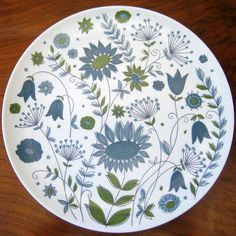 Found an unusual and fun melamine Texas Ware dinner plate with retro flowers, probably produced in the Hand Painted Plates, Hand Painted Ceramics, Porcelain Ceramics, Pottery Painting, Ceramic Painting, Retro Flowers, Blue Flowers, Pottery Patterns, Glaze Paint