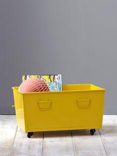 Monté sur ces 4 roulettes, le bac de rangement jaune tendance adopte un look industriel très déco ! DétailsDim. 45 x 20 cm. 4 roulettes. 4 poignées cô