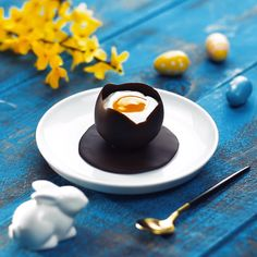Delicious deception: cream mousse in a chocolate egg.- Leckere Täuschung: Sahne-Mousse im Schoko-Ei. Delicious deception: cream mousse in a chocolate egg. Perfect dessert for Easter – a sweet egg to spoon! Delicious Desserts, Dessert Recipes, Yummy Food, Dessert Parfait, Desserts Ostern, Creative Food, Diy Food, Love Food, Sweet Recipes