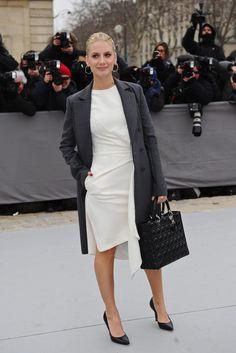 Paris Fashion Week, el front row más exquisito. La actriz Mélanie Laurent con un vestido blanco y abrigo gris de corte masculino.