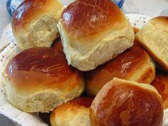 Pão de batata fofinho Cooking Bread, Cooking Recipes, Sweet Dinner Rolls, Pan Rapido, Brazilian Dishes, Portuguese Recipes, Food Inspiration, Love Food, Sweet Recipes