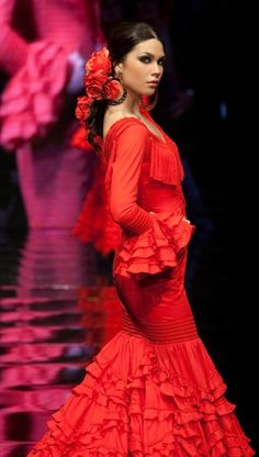 Spanish Dress, Spanish Dancer, Spanish Woman, Spanish Gypsy, Flamenco Costume, Mode Glamour, Gypsy Women, Black Flowers, Dance Art