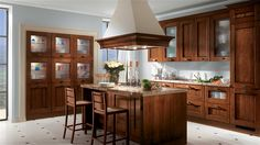 Armadi eleganti, basi attrezzate e pensili ad elevata componibilità (con ante in legno e a vetro) completano le funzioni della cucina. La diversa profondità degli elementi che compongono l'armadiatura con forno, crea una piacevole soluzione d'arredo.