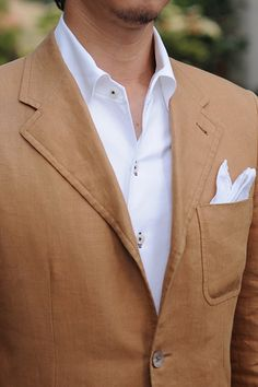 ニット素材使用シャツ=ビズポロ イタリアンカラー+リネン100% ポケットチーフ+リネン100%のブラウンのジャケット