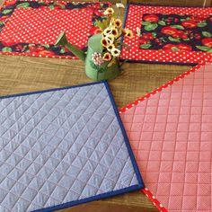 Jogo americano, feito em patchwork,estruturado com manta r2 , tecido prè lavado 100% algodão tricoline, estampas variadas,cliente pode escolher o motivo e a estampa do tecido. São práticos de usar,fáceis de lavar,bonitos e charmosos,deixam a mesa um luxo.Acabamentos impecàveis,sem costura aparent...