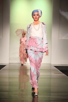 In the last few years, we have been lucky enough to witness one of the most amazing breakthroughs in modest fashion. We're talking about models in hijabs who Hijab Fashion Inspiration, Style Inspiration, Dress Muslim Modern, Indonesia Fashion Week, Moslem Fashion, Hijab Collection, Islamic Fashion, Scarf Design, Mode Hijab