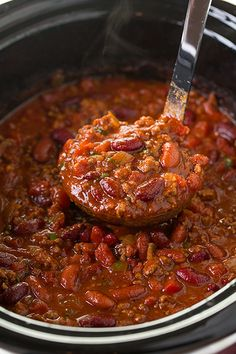 This Slow Cooker Chili is one of my all time most popular recipes and for good reason! This is the best chili around and a long time family favorite! It's the perfect comforting soup. Perfect over baked potatoes too. Crock Pot Slow Cooker, Crock Pot Cooking, Slow Cooker Recipes, Cooking Recipes, Healthy Recipes, Easy Recipes, Crock Pot Chili, Delicious Recipes, Easy Crockpot Chili