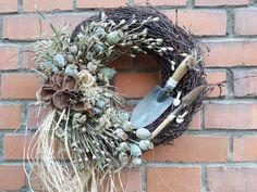 Zahradník+Věnec+trvanlivý,+celoroční-nářadí,+makovice,+přírodniny,+dekorace,35cm. Grapevine Wreath, Grape Vines, Wreaths, Home Decor, Still Life, Decoration Home, Door Wreaths, Room Decor, Vineyard Vines