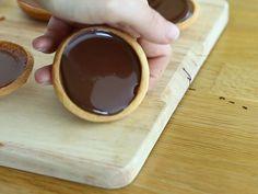 Tartelettes au caramel et chocolat - Préparation etape 8 Tartelette Chocolat Caramel, Chocolate Fondue, Biscuits, Bakery, Food And Drink, Snacks, Cookies, Tableware, Brownies