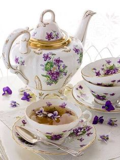 I love the cups and the one with the tea. I wonder what flower they floated in the culpa?