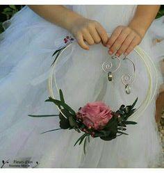 Arcade wedding ring alternative of the traditional wedding ring cushion - Wedding Ceremony, Our Wedding, Dream Wedding, Wedding Ideas, Wedding Crafts, Diy Wedding Decorations, Engagement Ring Platter, Wedding Bouquets, Wedding Flowers