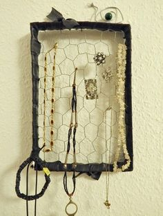 Schmuckgitter aus Pappkarton, Maschendraht und Fahrradschlauch / Jewelry display made from cardboard box, inner bicycle tube and netting wire / Upcycling