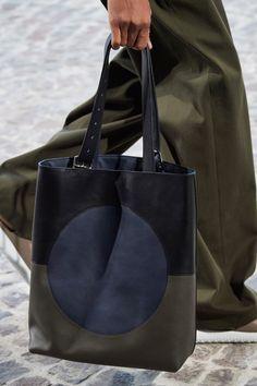 Hermès Spring 2020 Menswear Fashion Show Details: See detail photos for Hermès Spring 2020 Menswear collection. Look 7 Hermes Handbags, Tote Handbags, 2017 Handbags, Mini Handbags, Vintage Handbags, Cute Purses, Purses And Bags, Purses Boho, Popular Handbags