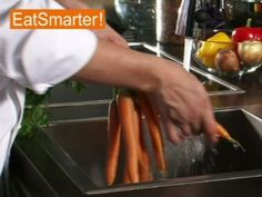 Die Möhre ist aus unseren Küchen nicht wegzudenken. Wie Sie Möhren richtig zum Verzehr vorbereiten, sehen Sie hier!