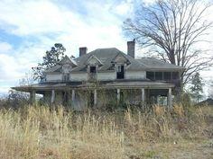 Abandoned House in Rural South Carolina Old Abandoned Buildings, Abandoned Mansions, Old Buildings, Abandoned Places, Places In Usa, Places Around The World, Around The Worlds, Ghost House, Beautiful Ruins
