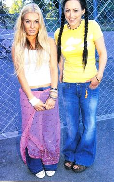 does the look - I used to dress like this in the this photo made me smile. Slow Fashion, 90s Fashion, Fashion Images, Sustainable Fashion, Make Me Smile, Bell Bottom Jeans, Harajuku, 90s Style, Cute