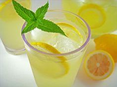 Easy Spiked Lemonade (The Harried Housewife's Cookbook)