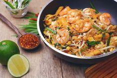Pad thaï Thai Recipes, Shrimp Recipes, Traditional Thai Food, Weight Watchers Shrimp, Shrimp Pad Thai, Pad Thai Noodles, Olive Garden Recipes, Rice Ingredients, Pineapple Recipes