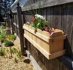 8 Excellent Pallet Garden Ideas For Your Backyard Cedar Planter Box, Wooden Planters, Diy Planters, Flower Planters, Planter Boxes, Fence Planters, Building A Raised Garden, Raised Garden Beds, Backyard Projects