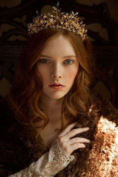 Branches of brilliant crystal jeweled leaves graduate towards the ends of this golden noble wedding tiara fit for a Shakespeare heroin! Lob Hairstyle, Box Braids Hairstyles, Bride Hairstyles, Headpiece Wedding, Bridal Headpieces, Wedding Veils, Crown Aesthetic, Artemis Aesthetic, Book Aesthetic