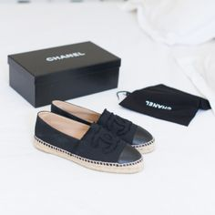 Chanel Espadrilles Black / 샤넬이라는 브랜드 떄문에 무난한 디자인인데도 불구하고 잔잔한 고급스러움이 느껴지는 것 같다. 신고싶다