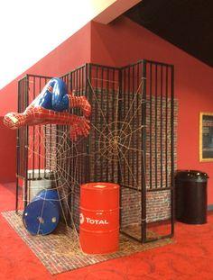 Spiderman hangend aan hek Spiderman, Home Appliances, Spider Man, House Appliances, Appliances, Amazing Spiderman