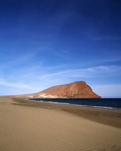 Playa de la Tejita, Tenerife – Un chilometro di arenile frequentato da giovani e da sportivi amanti del surf e del windsurf, accanto alla Riserva Naturale Speciale di Montaña Roja.