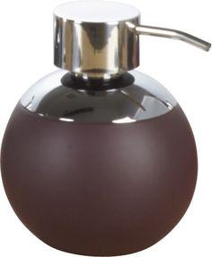 Großer und formschöner Seifen-/Lotionspender in mocca aus Keramik mit Soft-Touch-Finish mit einer Füllmenge von 600ml. Der Pumpspender ist aus verchromten Metall. Gesehen für € 14,90 bei kloundco.de.