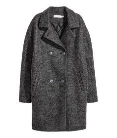Dunkelgrau. Zweireihiger, gerader Mantel aus Wollmischgewebe. Modell mit Kragen, Revers und Paspeltaschen. Gefüttert.