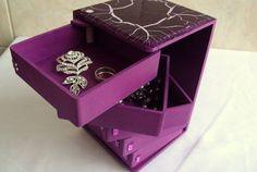 Lindo gaveteiro em mdf decorado com craquelê. Possui 5 gavetinhas que giram ao abrir. Ideal para ser usado como porta jóias. Além de útil, um ótimo presente!