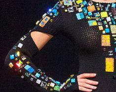 Questa cosa è stata indicata alla settimana della moda a Mosca il 3 novembre 2013 nella raccolta il paradigma, stagione primavera-estate 2014. NORO filato. Fatto a mano. Abito può essere un cappotto. Eco-stile
