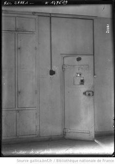 24-4-13, prison de Fresnes, entrée de la cellule : [photographie de presse]…