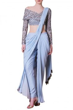 Looking for Off Shoulder Blouse Designs for sarees? Here are our picks of 16 amazing blouse designs you can wear with any saree. Sari Design, Designer Kurtis, Indian Designer Outfits, Designer Dresses, Designer Saree Blouses, Designer Clothing, Off Shoulder Saree Blouse, Off Shoulder Lehenga, Indian Dresses