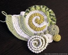Wonderful crochet work. No pattern or instructions on this Asian blog and the work seems to be Russian. I love the way this is constructed!