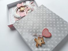 Kartka szaro-różowa dla dziewczynki na roczek Scrapbooking, Diy Scrapbook, Baby Girl Shoes, Baby Cards, Diy Paper, Decor Crafts, Sewing Crafts, Stencils, Paper Crafting