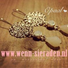 Prachtige witte oorbellen!  http://www.wenn-sieraden.nl/oorbellen-opaal-wit #opaal #wit #oorbellen #earrings #Swarovski #sieraden #bohemian #jewelry #fashion #zilver
