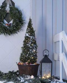 Vakker og enkel LED lysslynge til utendørs bruk med 40 LED med varmhvitt lys fra Konstsmide. Veldig fin til å pynte din tuja eller andre små busker og trær i hagen.