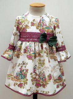 Vestido para bebe niña toile bunganvilla y manga francesa, adornado con encaje de bolillos y un lazo verde a juego.- Otoño/Invierno - MiBebesito. Ropa de Bebe y moda flamenca infantil hecha a mano