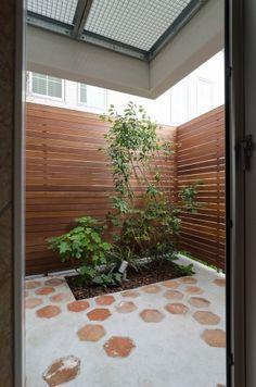 ジューンベリーの植えられた北側の庭にも6 角形のタイルが使われていい味を醸している。