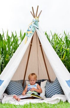 Perfect for a transitional nursery, kids room or playroom, this DIY no-sew teepee idea will quickly become your kids' new favorite place to read and play. Adding a cute paper feather garland, a blanket and some pillows makes this teepee the place to be! Diy Tipi, Diy Teepee Tent, Play Teepee, No Sew Teepee, Child Teepee, Toddler Teepee, Toddler Rooms, Toddler Bed, Backyard Projects